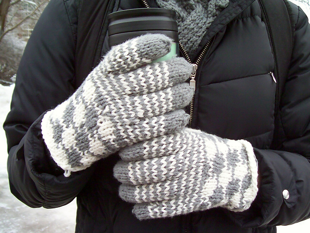 Ravelry: Vintage Houndstooth Gloves pattern by Kayla Pins