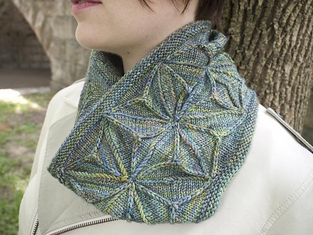 Col tricoté Geodesic Cowl par Emily O'Brien
