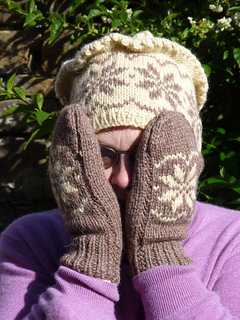 Snowflake_hat_and_mitts_small2