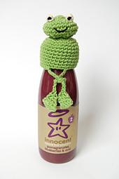 Frog_crochet_hat_crossed_legs_small_best_fit