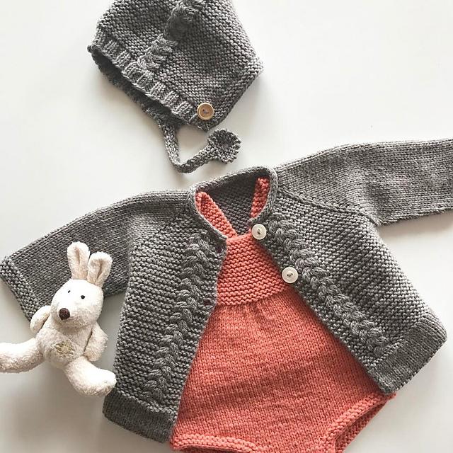 Ensemble pour bébé à tricoter Mavis baby set par Oomieknits