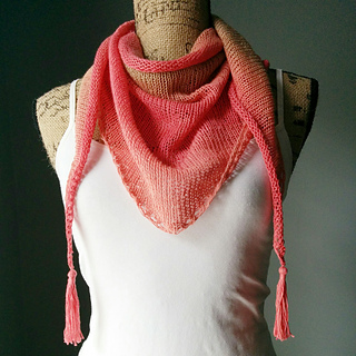 Stockinette_stitch_shawlette_front_small2