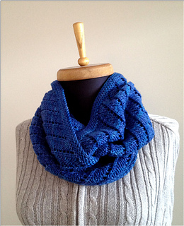 Spiral_eyelet_cowl_1_small2