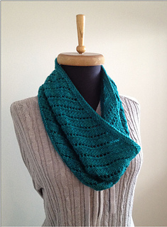 Spiral_eyelet_cowl_2_small2