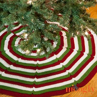 Happy Holidays Tree Skirt - Free Crochet Pattern by @Moogly #crochet #christmas