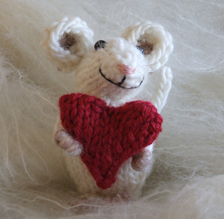 Baby_mouse_and_heart_closest_vg_small2